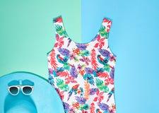 Estilo mínimo da praia Roupa do moderno do verão ajustada fotografia de stock