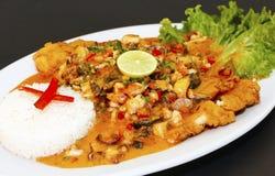 Estilo machista frito culinario peruano del lo de los pescados A con la salsa de mariscos Fotos de archivo libres de regalías