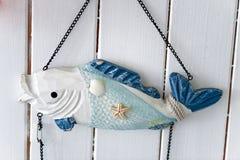 Estilo marino mediterráneo de la decoración interior bajo la forma de pescado en azul y blanco Imagen de archivo