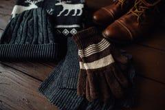 Estilo masculino del invierno en un fondo de madera marrón Imagen de archivo libre de regalías