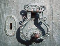 Estilo mediterrâneo velho do punho de porta do metal fotografia de stock