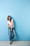 Estilo moderno de la chica joven por completo… Foto de archivo
