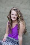 estilo natural del pelo rubio del modelo largo de la mujer joven foto de archivo