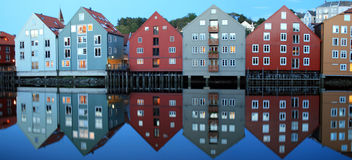 Estilo Noruego de Reflejadas de maisons Photo stock