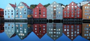 Estilo Noruego di Reflejadas dei Casas Fotografia Stock