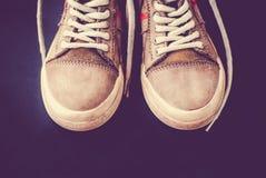 Estilo ocasional de sapatas de couro em um fundo colorido fotos de stock