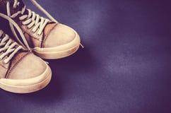 Estilo ocasional de sapatas de couro em um fundo colorido Foto de Stock