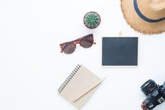 Estilo plano de la endecha de los accesorios del verano, artículos del viaje en blanco Imágenes de archivo libres de regalías