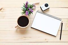 Estilo plano de la endecha del escritorio del espacio de trabajo de la oficina con el papel en blanco del cuaderno, taza de café Fotografía de archivo libre de regalías