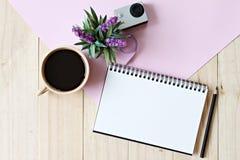 Estilo plano de la endecha del escritorio del espacio de trabajo de la oficina con el papel en blanco del cuaderno, taza de café Fotografía de archivo
