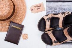 Estilo plano de la endecha de los accesorios del verano y de los artículos del viaje Fotos de archivo libres de regalías