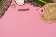 Estilo puesto plano creativo de la moda con el sombrero, el coco, las hojas de palma y las conchas marinas en color en colores pa fotos de archivo