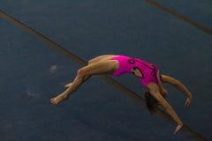 Estilo que cae del piso de la muchacha de la gimnasia Imagen de archivo