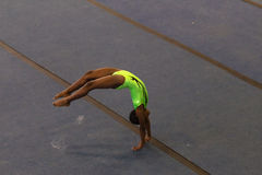 Estilo que cae del piso de la muchacha de la gimnasia Fotos de archivo