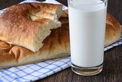 Estilo rústico Ascendente cercano de la leche y del pan Fotos de archivo