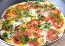 Estilo rústico Huevos revueltos con los tomates y el eneldo en freír Imagen de archivo libre de regalías