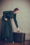 Estilo retro da mulher com mala de viagem velha foto de stock royalty free