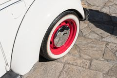 Estilo retro del coche clásico del coche del vintage Rueda roja y blanca Copie el espacio fotografía de archivo libre de regalías
