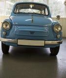 Estilo retro del pequeño coche azul en un museo Fotografía de archivo