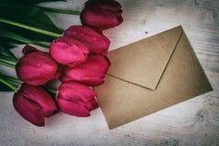 Estilo retro del vintage rojo de los tulipanes Fotografía de archivo libre de regalías