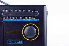 Estilo retro AM do vintage preto, receptor do transistor do rádio portátil de FM no fundo branco imagem de stock royalty free