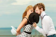 Estilo retro dos pares loving que beija na data exterior imagem de stock royalty free