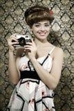 Estilo retro. Menina de sorriso com câmera Fotografia de Stock Royalty Free