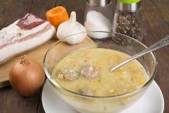 Estilo rural de la sopa con una albondiguilla Fotos de archivo