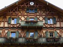 Estilo rural de madera de la fachada de la casa Fotografía de archivo