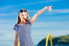 Estilo sport de la mujer que señala en fondo del cielo Fotografía de archivo libre de regalías