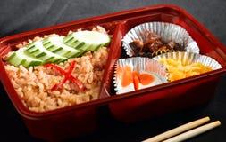 Estilo tailandés confeccionado del alimento en el rectángulo del arroz del bento Imagen de archivo libre de regalías