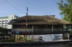 Estilo tailandés de la casa vieja para la gente de los viajeros de la demostración en el ferrocarril del klong de Mae Fotos de archivo
