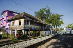 Estilo tailandés de la casa vieja para la gente de los viajeros de la demostración en el ferrocarril del klong de Mae Imagenes de archivo