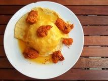 Estilo tailandés de la comida: el omlette revuelto eggs con el pollo picante en ric imagenes de archivo