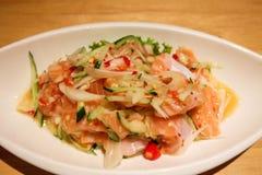 Estilo tailandés de la ensalada de color salmón picante Fotografía de archivo