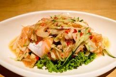 Estilo tailandés de la ensalada de color salmón picante Imagenes de archivo