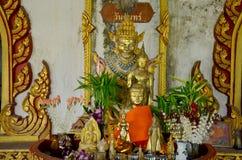 Estilo tailandés de la estatua de Buda y estilo de Birmania de la estatua del ángel para la gente Imagenes de archivo