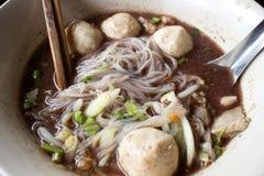 Estilo tailandés de la sopa de fideos con cerdo y la bola del cerdo imágenes de archivo libres de regalías