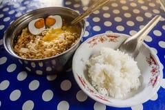 Estilo tailandés de tallarines picantes con arroz en la tabla Imagen de archivo libre de regalías