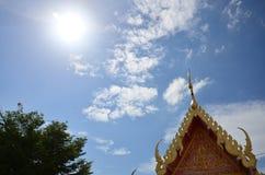 Estilo tailandés del tejado con el fondo del cielo y de las nubes Fotos de archivo