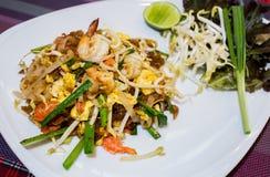 Estilo tailandés frito de los tallarines con las gambas Imagen de archivo
