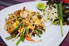 Estilo tailandés frito de los tallarines con las gambas Foto de archivo