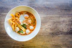 Estilo tailandês da sopa picante do macarronete da carne de porco, tom yum fotografia de stock