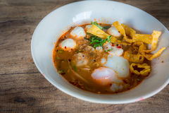 Estilo tailandês da sopa picante do macarronete da carne de porco, tom yum fotografia de stock royalty free