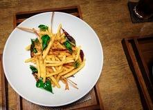 Estilo tailandês das batatas fritas de Tom yum com especiarias e ervas foto de stock royalty free