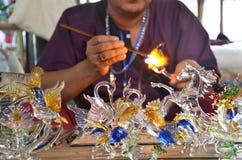 Estilo tailandês de sopro e de trabalho de vidro científico em Tailândia imagens de stock