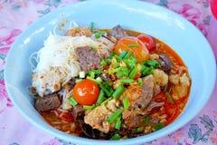 Estilo tailandês do alimento, macarronetes de arroz com molho picante da carne de porco na bacia fotografia de stock