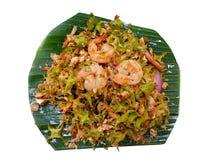 Estilo tailandês do alimento, vista superior da salada picante do feijão voado com camarão nas folhas da banana fotografia de stock royalty free