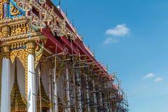 Estilo tailandês do vintage do telhado do templo com contra fundo do céu azul Imagens de Stock