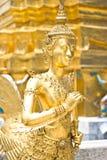 Estilo tailandês nativo da meia escultura do ângulo e do pássaro Fotografia de Stock Royalty Free